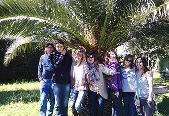 Les élèves de la classe ULIS sont réunis en extérieur