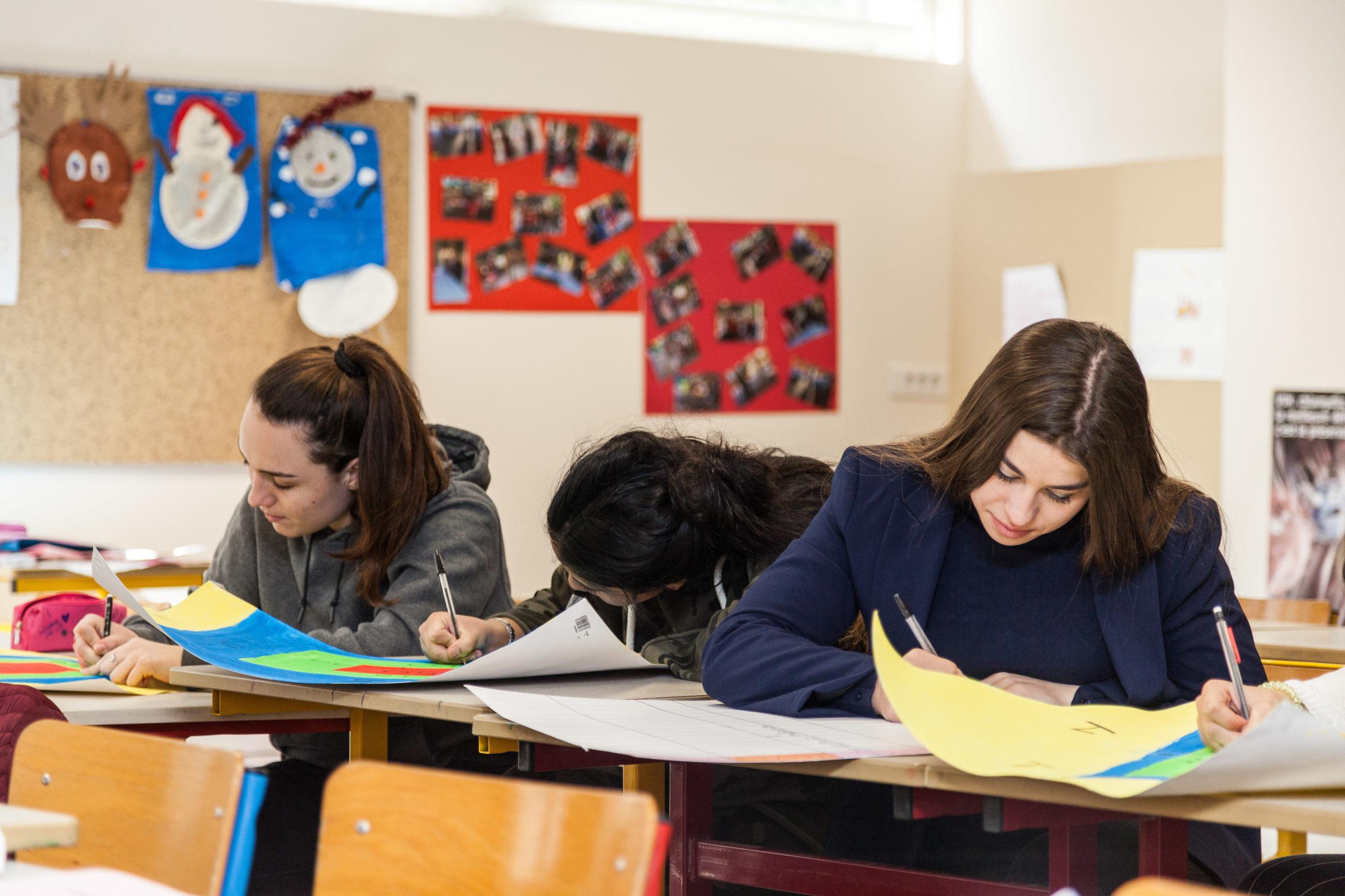 Des élèves travaillent en salle de classe et font des travaux manuels