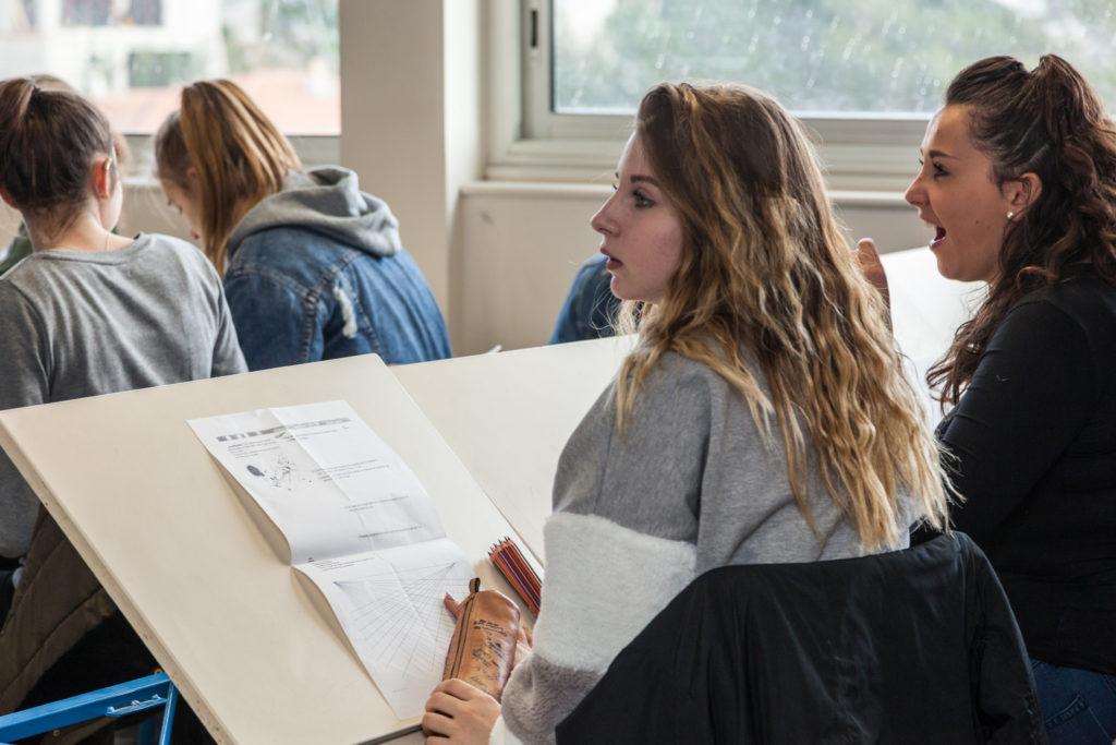 Deux élèves regardent devant elles