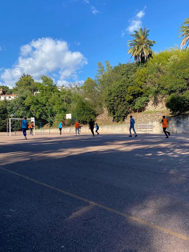 Quelques élèves jouent au football en extérieur