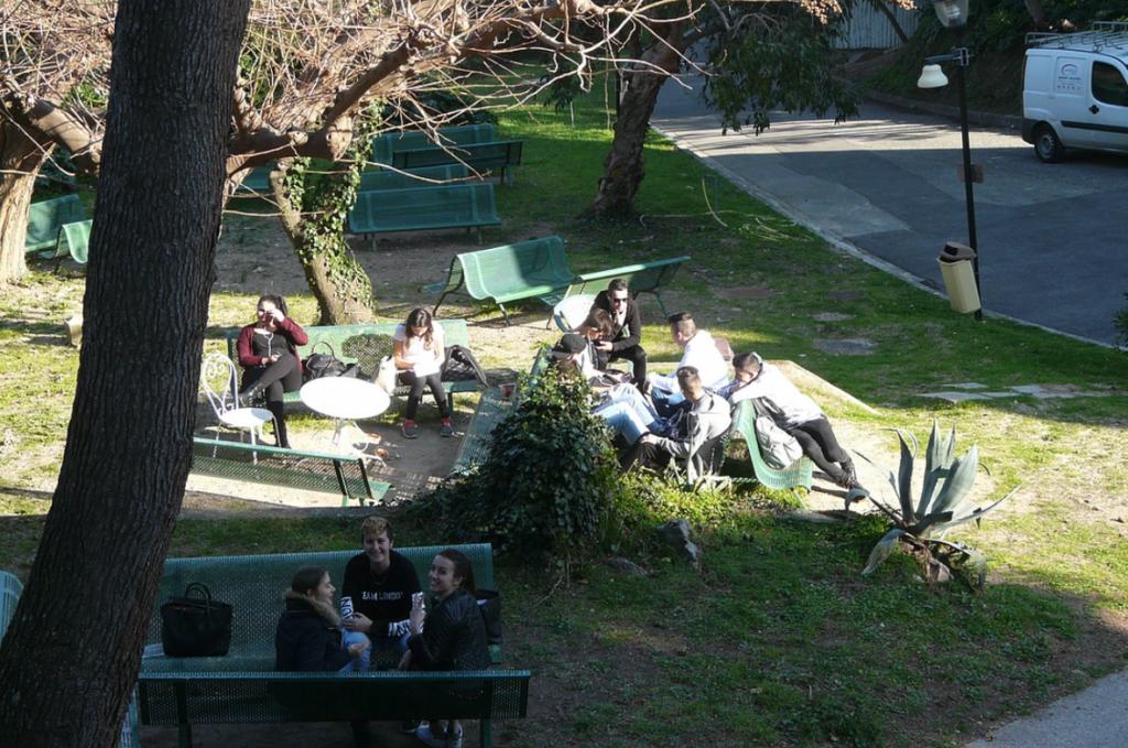 Quelques élèves sur des bancs au lycée des Fauvettes
