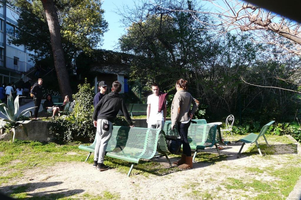 Des élèves du lycée autour d'un banc