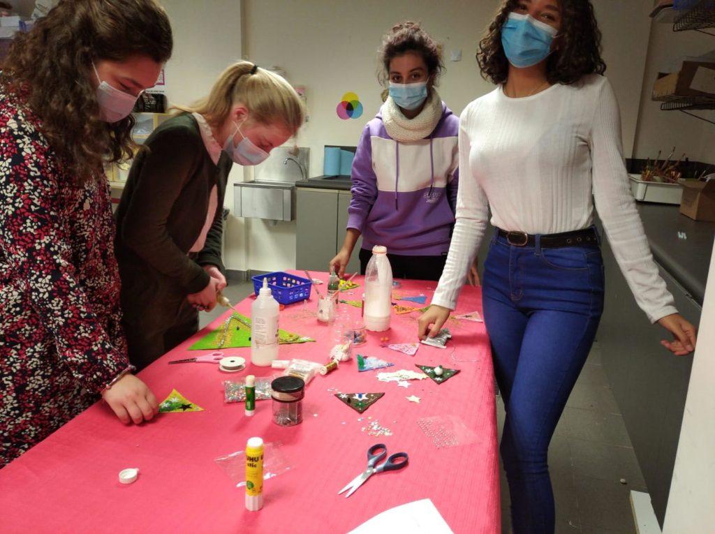Des élèves préparent des décorations de noël