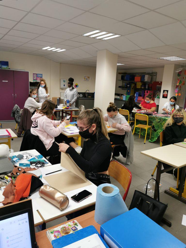 Des élèves préparent une animation