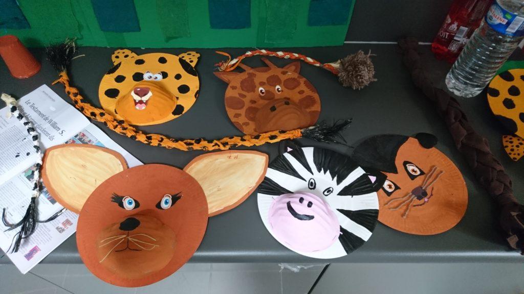 Des masques d'animaux en carton réalisés par les élèves