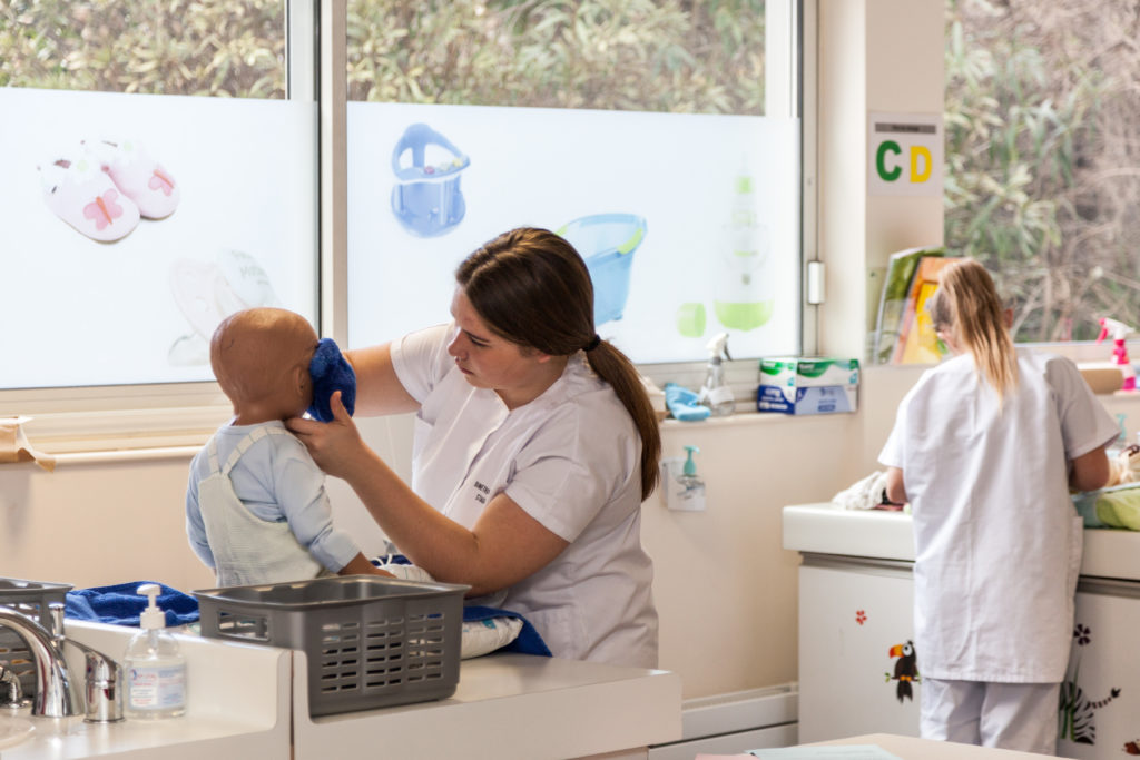 Une élève fait un soin à un enfant