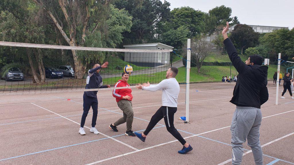 Des élèves jouent au volley