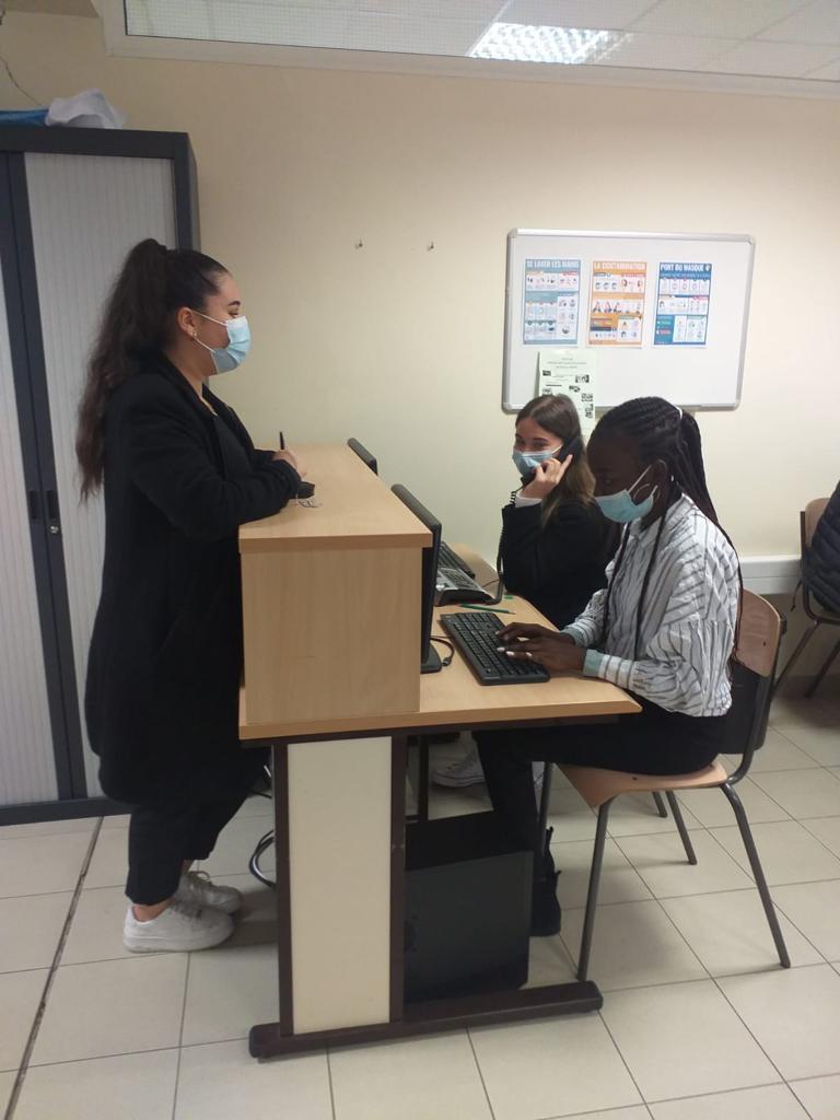 Des élèves à la banque d'accueil