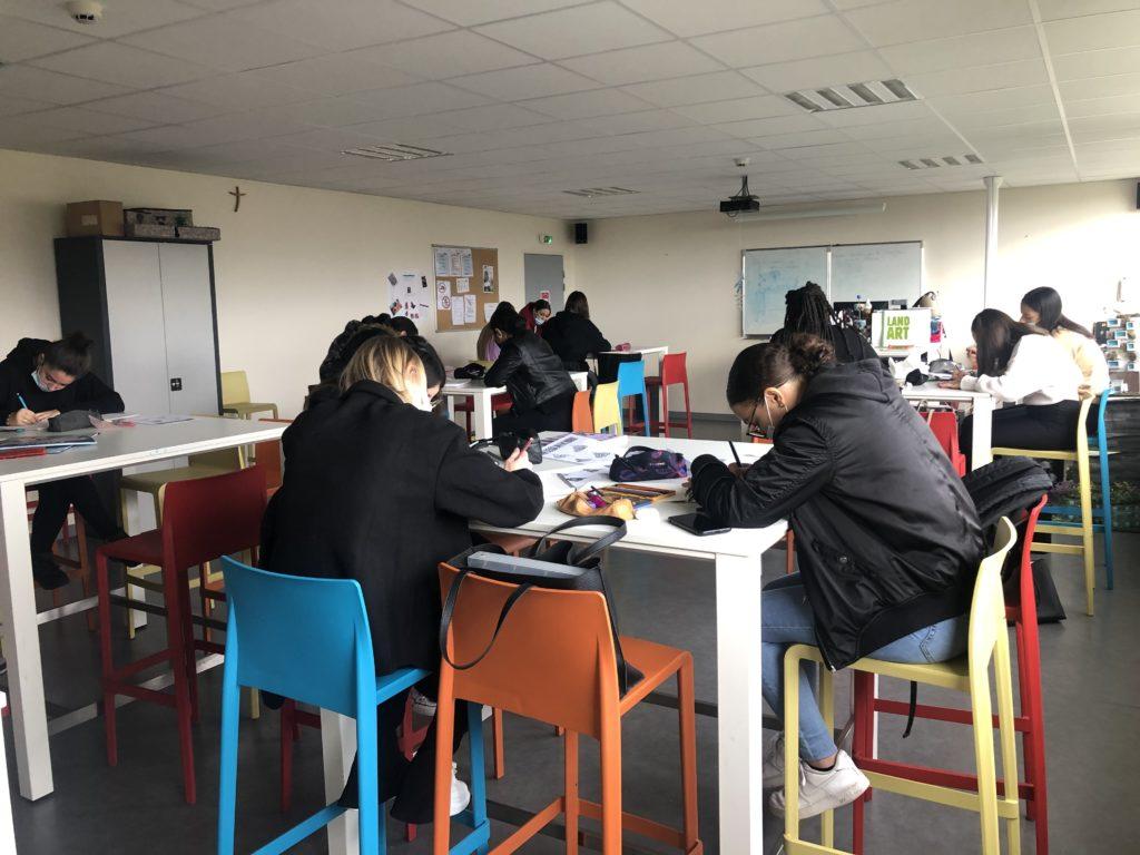 Des élèves en salle d'arts appliqués
