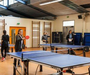 Les tables de ping-pong au gymnase